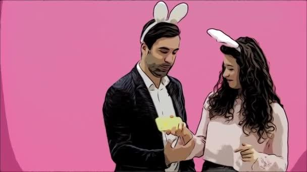 Frisch verliebte Paar auf rosa Hintergrund. Mit hungrigen Ohren auf dem Kopf. Während dieses Ostern Foto ich Sephi auf meinem Handy gemacht und sah sie lachen. Ostern. Animation.