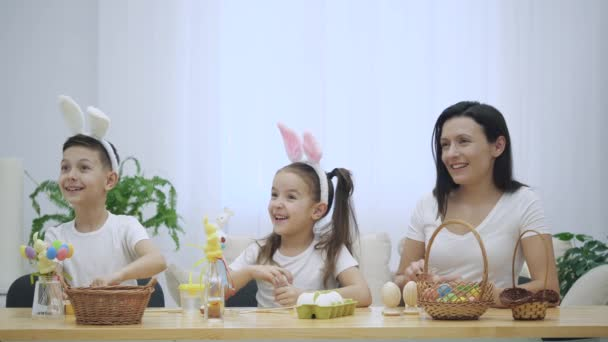 Šťastný a veselý rodina: matka, otec a dvě děti jsou široce usmívat a sdílet jejich pozitivní emoce na bílém pozadí. Rodina je spokojená, když přijde jejich otec a objímání každý