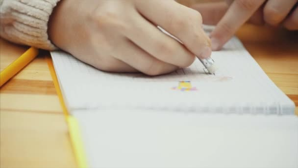 Ruka dítěte pro kreslení a mazání obrázku v panelu skicy.