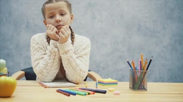 Kleine Schülerin kann nicht mehr zeichnen und will schlafen.