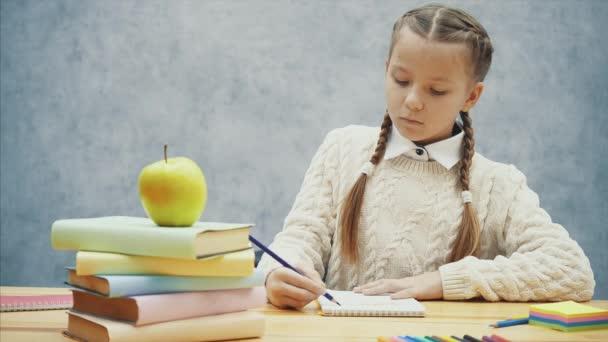 Školka přestane psát a voní chutným žlutým jablkem.