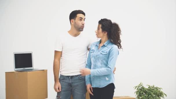 Mladý pár se spolu přestěhovali do nového bytu. Diskutují o některých detailech. Pár se tu rozhlíží. Rozumím. Akce, Animace. 4k.