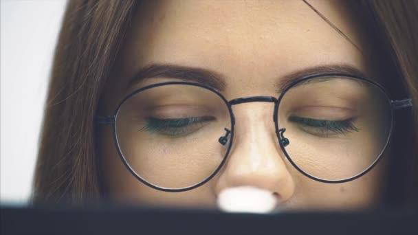 Zastřižená tvář úspěšné podnikatelky držící schránku, kontrolující data, usmívající se, přikyvující hlavou, vyjadřující uspokojení.