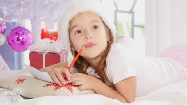 Soustředěné dítě je zapojeno do procesu přemýšlení o všech svých přáních a tužbách, psaní dopisu Santovi.