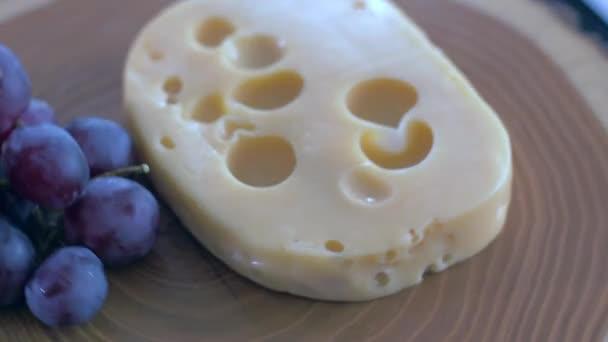 Maasdam sýr na dřevěném prkénku