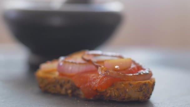 Basilikum auf Tomatensandwich legen