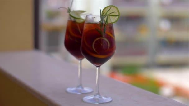 Zeit für eine Pause. erfrischende Cocktail-Sangria mit Früchten und Eis