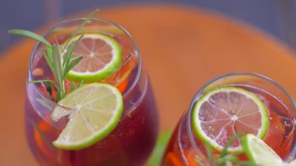 Erfrischender Sangria-Cocktail mit Obst und Eis. Dreh dich um.
