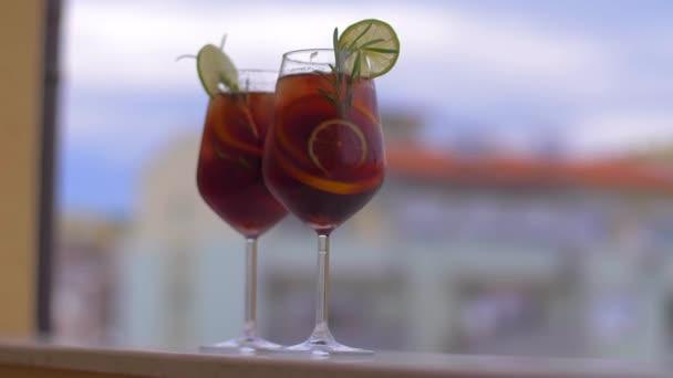 Zeit für eine Pause. Erfrischender Cocktail Sangria mit Früchten und Eis