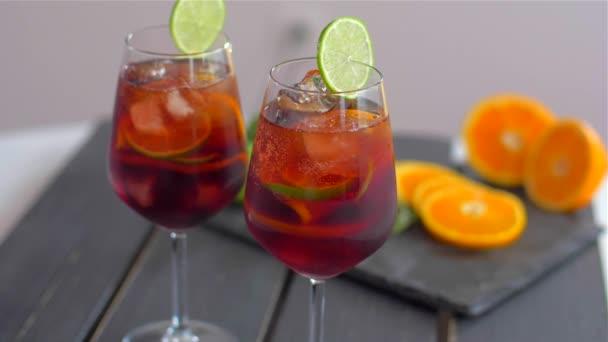 Erfrischender Sangria-Cocktail mit Obst und Eis