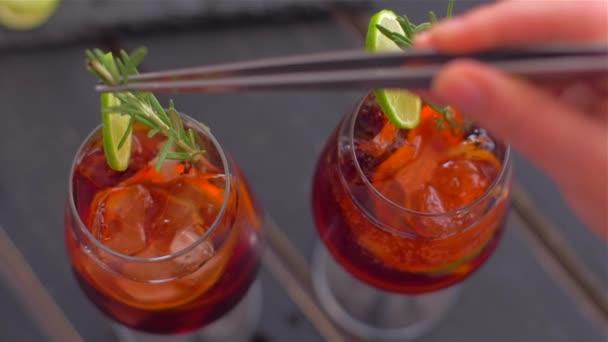 Dekorieren Sie Cocktail Sangria mit Rosmarin