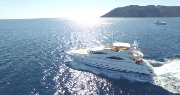 luxusní jachty na moři