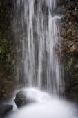 vodopád teče od hory