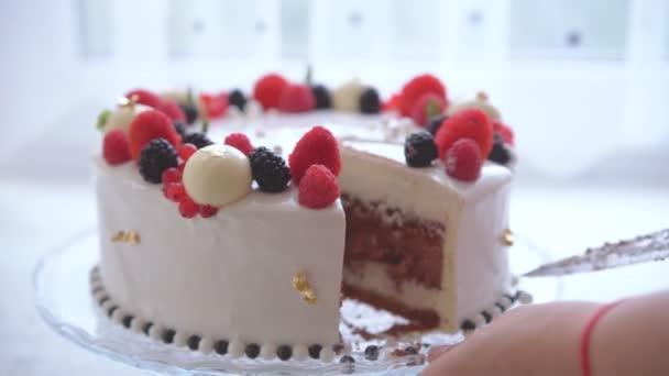 Žena škrty dort zdobený bobule