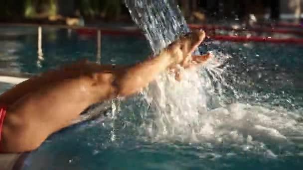 Dívka se odpočívá v lázeňský bazén s hydromasáží. Péče o tělo, výstřely v bazénu