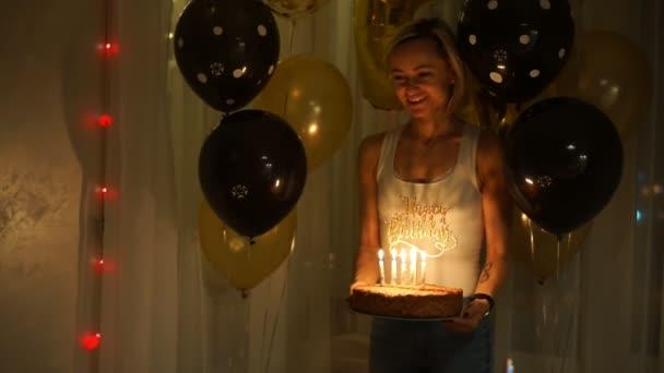 Boy sfouknout svíčky na narozeninový dort