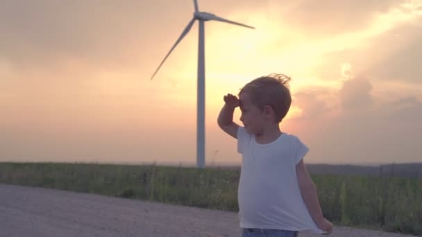 Junge im Windkraftfeld