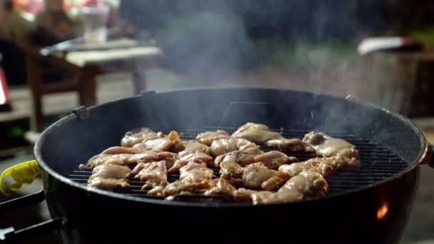Hogy sült éjszakai időben grillezést fényes izzó parazsat csábítóan csípős csirkeszárny