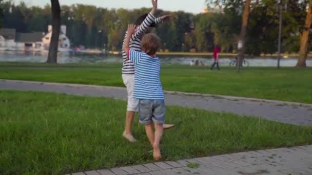 Gyermek mezítláb fut át a gyepen. Szórakoztató szabadban