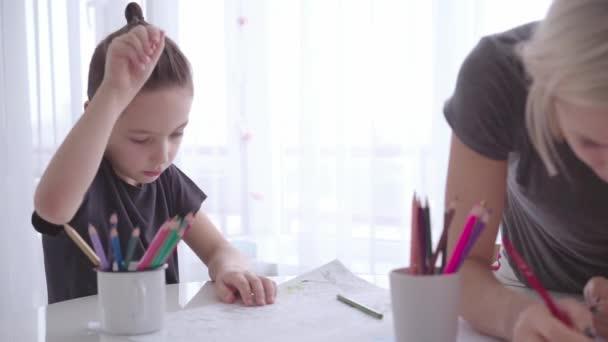 Anya és fia, színező oldalak, színes ceruza