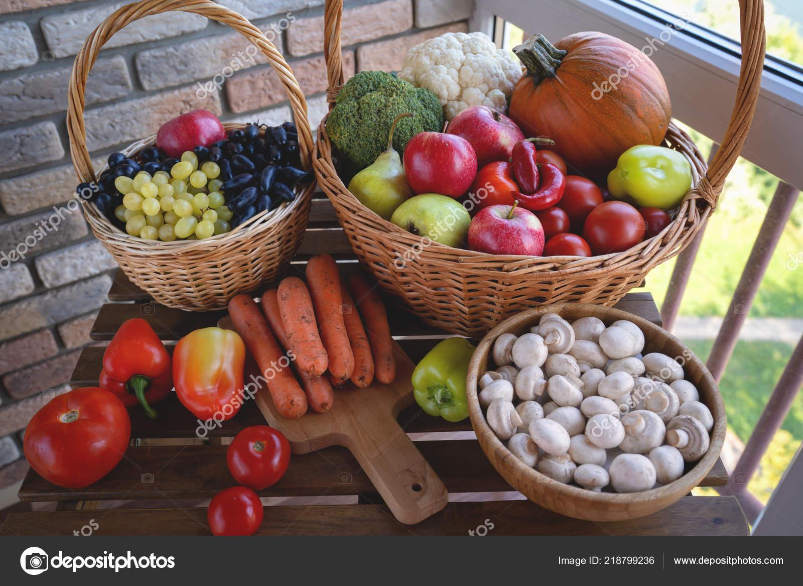 корзина полна смешанных полезных овощей на фоне деревянные