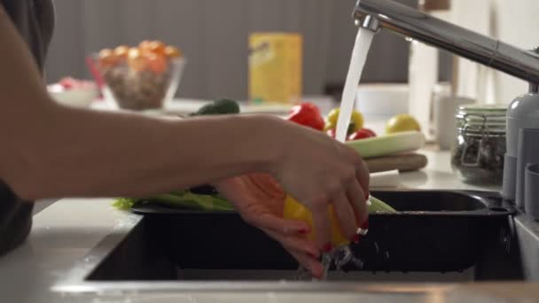 Žena myje zelenina v kuchyni. Detail. Zpomalený pohyb.