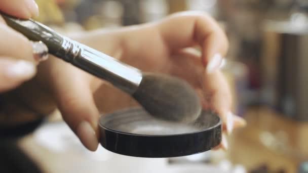 Paleta s oční stíny a makeup kartáč: Dámské kosmetiky. Ranní make-up. Dekorativní kosmetika: paleta s oční stíny, štětcem. Večerní make-up. Podrobnosti o upovými umělci pracují.