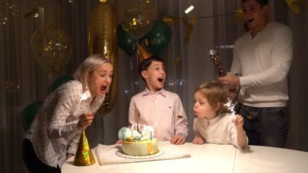 Jubelnde Menschen Geburtstagsparty - Feuerwerk Kerzen Kuchen, bunte Streamer Konfetti fliegen