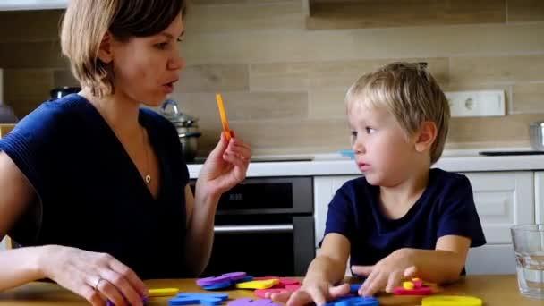 Matka s předškolní chlapce učení anglické abecedy a čísla
