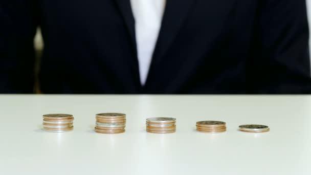 Üzleti növekedés és pénzügyi fogalom. Womans kezét fel érméket, hogy verem.