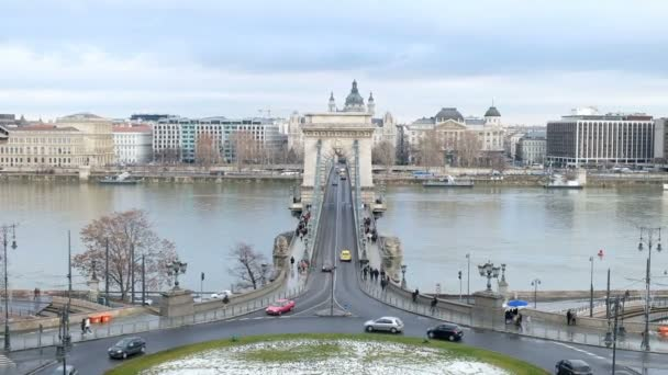 Panorámás kilátás nyílik a Dunára és a Széchenyi Lánchíd, Budapest, Magyarország