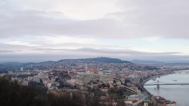 Budapest, Magyarország - január, 2019: panorámás kilátással a Dunára és a gyönyörű hidak