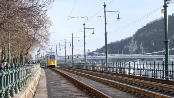 Budapest, Magyarország - január, 2019: híres villamos két szám megy végig a Duna Budapesten