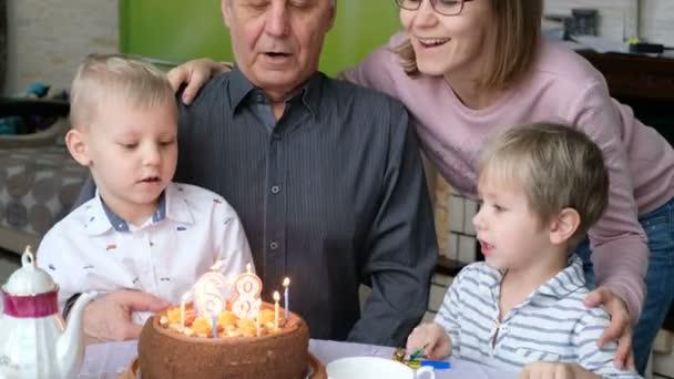 Dědeček ran Out narozeninový dort svíčky na rodinné oslavě, slaví narozeniny