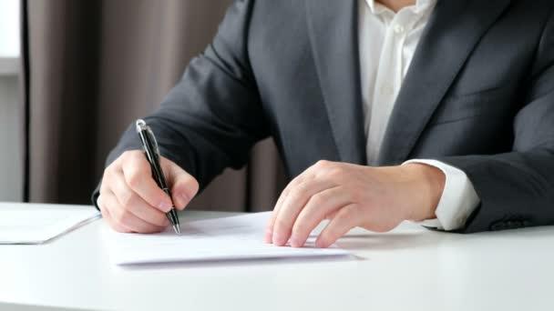 Immobilienmakler und Kunde beim Händeschütteln nach Vertragsunterzeichnung: Immobilien, Eigenheimkreditkonzept. Nahaufnahme