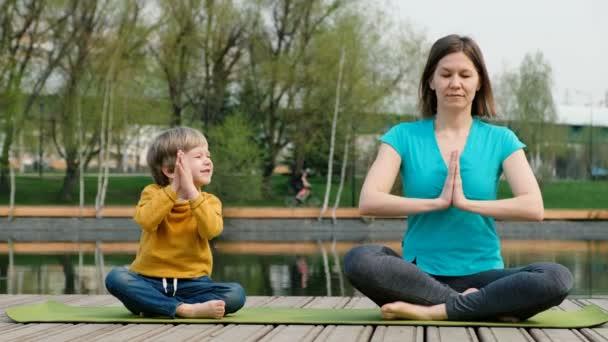 Žena se synem na józe u rybníka, venku