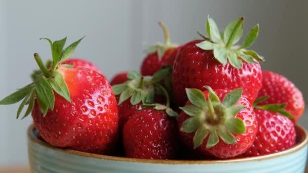 Čerstvé organické jahody v misce rotující. Zavřít, zpomalit.