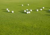 pohled shora plochý ležela golfové míčky na sněhová vločka, koncepce sportu pro bohaté, luxusní, fitness, hry.