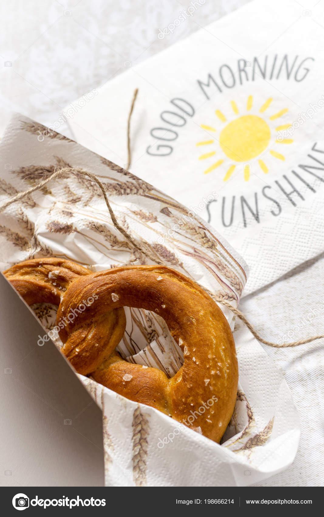 Guten Morgen Sonnenschein Hintergrund Brezeln In Einer Box