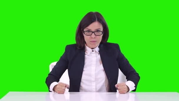 Obchodní žena sedí u stolu v práci a křičí. Houpačky ruce