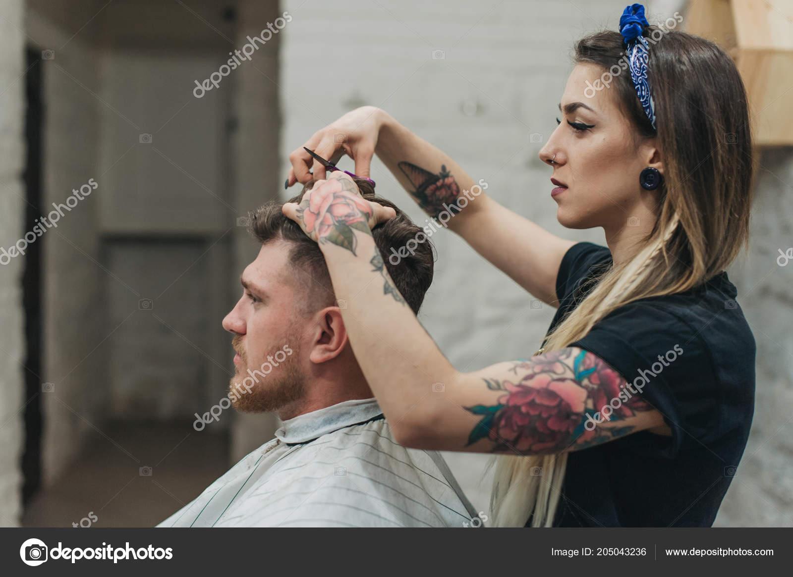 tetování dívka seznamka seznamka vidět, kam to jde