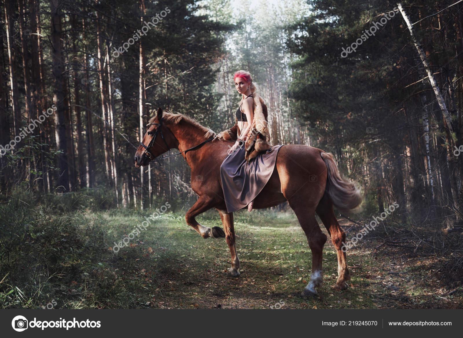 Žena Koni Podzim Creative Světlé Růžové Make Obličej Dívky Barvení — Stock  fotografie ab684c9917