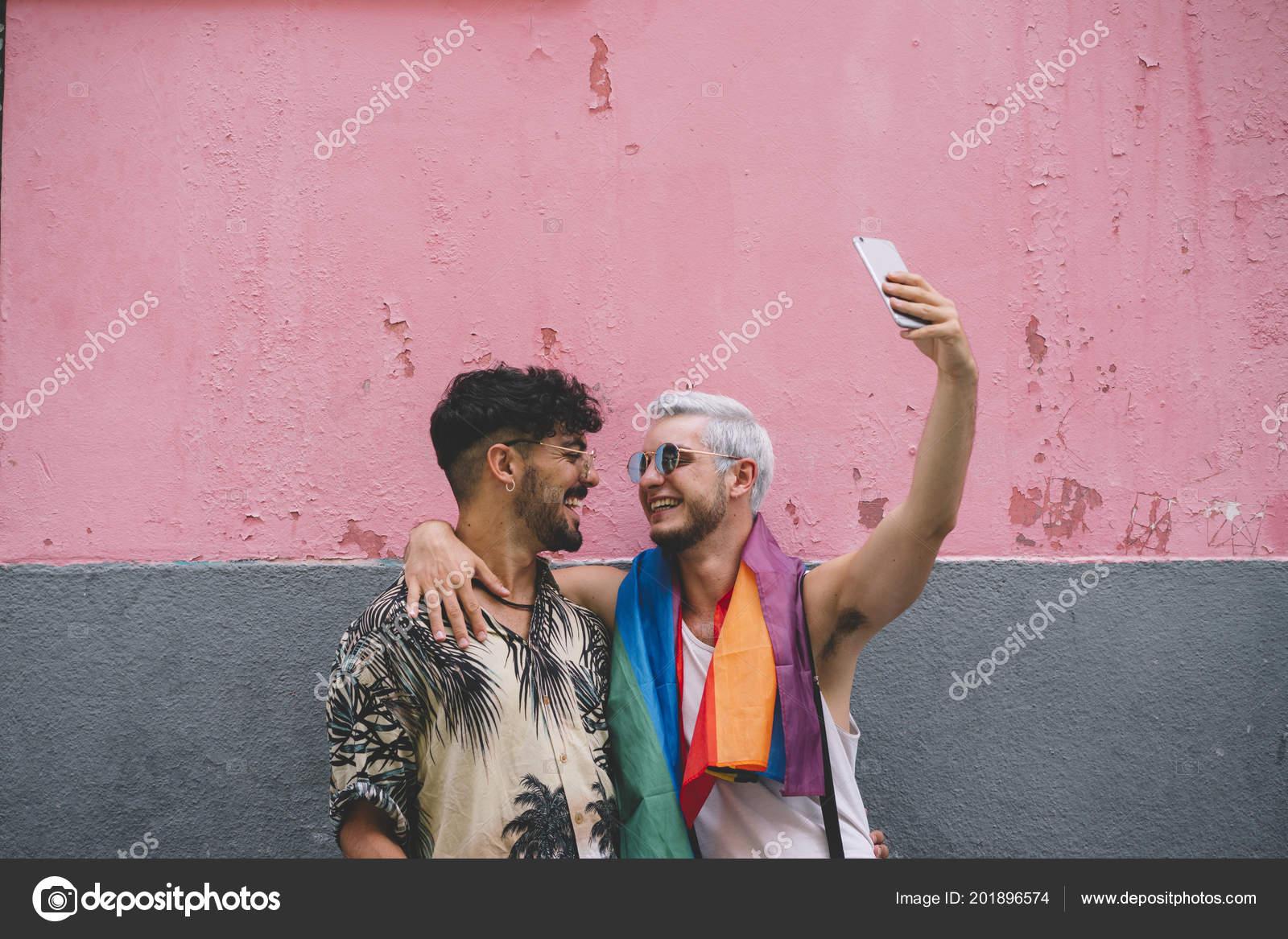 Gay Paar Jungs Küssen Mit Smatphone Der Stadt Madrid — Stockfoto ...
