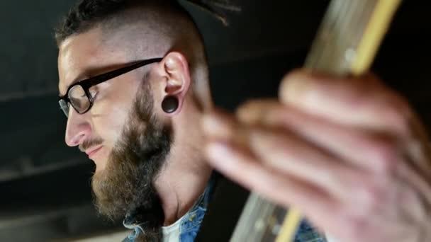 hudebník hraje akustická kytara
