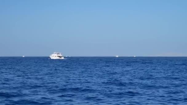 Fehér hajó hajó vitorlák kék víz a tenger, vagy óceán