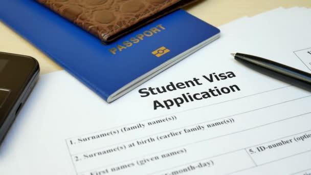 Student Visa Antragsformular mit Pass und Stift