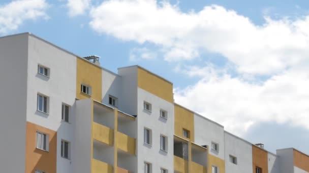 Épület felhőkarcoló a háttér a kék ég