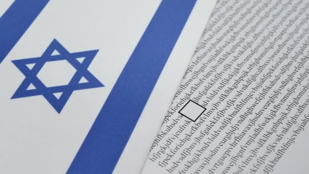 Ruka hlasování v papíru hlasování červenou tužkou v Izraeli wirh izraelské vlajky