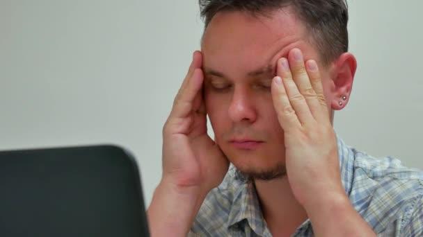 Kaukázusi hangsúlyozta, fáradt ember és volna fejfájás vagy migrén irodában