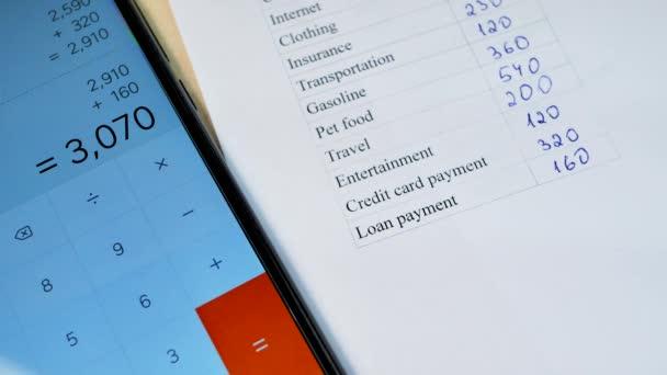 Domácí rozpočet plánování list s perem a chytrý telefon kalkulačka
